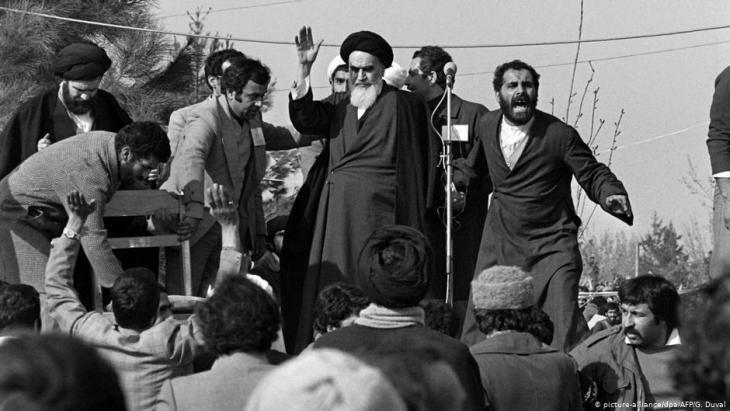 Anführer der Islamischen Revolution: Ajatollah Chomeini nach Rückkehr aus dem französischen Exil. (Foto: picture-alliance/dpa/AFP/G.Guval)