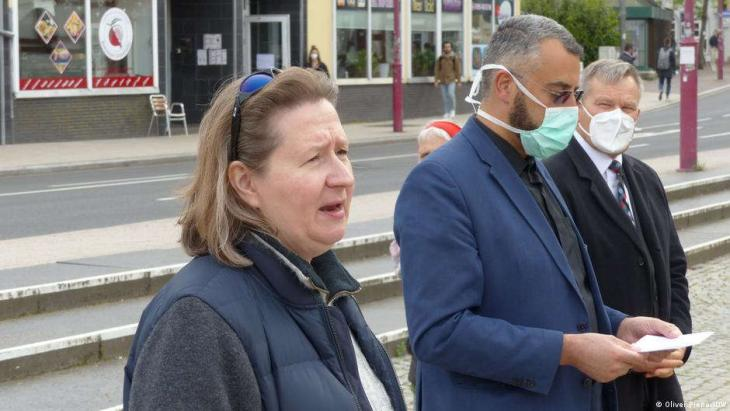 Monika Bunk und Bilal El-Zayat mit Oberbürgermeister. (Foto: © Oliver Pieper/DW )