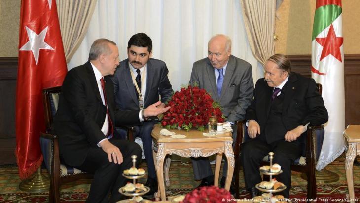 Archiv-Foto: Dieses Foto des Presidential Press Service zeigt den türkischen Präsidenten Recep Tayyip Erdogan (li) bei einem Treffen mit Algeriens damaligem Präsidenten Abdel Aziz Bouteflika (re) am 27.02.2018; Foto: Kayan Ozer/Pool Presidential Press Service