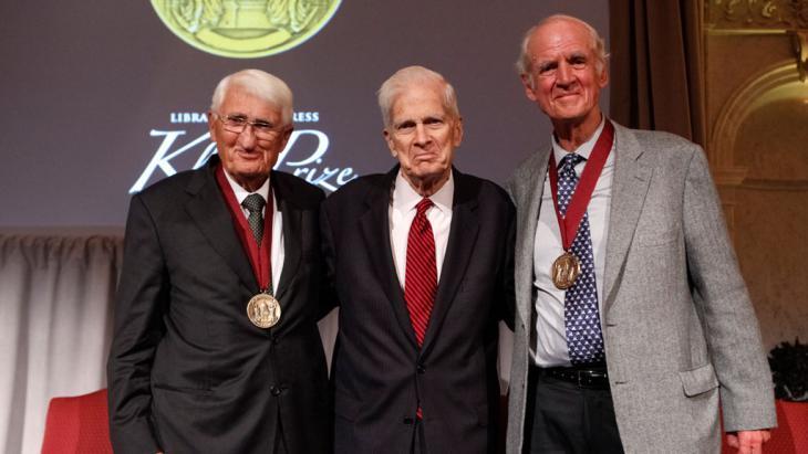 Der deutsche Philosoph und Soziologe Jürgen Habermas (l.) und sein kanadischer Kollege Charles Taylor (r.) wurden am 29. September 2015 in Washington gemeinsam mit dem John W. Kluge Preis ausgezeichnet. Der Preis gilt als höchste Ehrung für ein philosophisches Lebenswerk und ist mit 1,5 Millionen US-Dollar dotiert. (Foto: Shawn Miller)