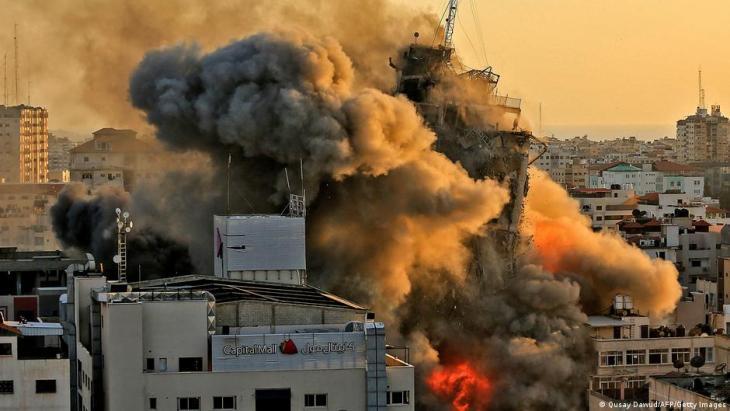 Rauch und Feuer über dem Hochhaus Al-Sharouk, das zusammenfällt, nachdem es von einer israelischen Rakete getroffen wurde; Foto: Qusay Dawud/AFP/Getty Images