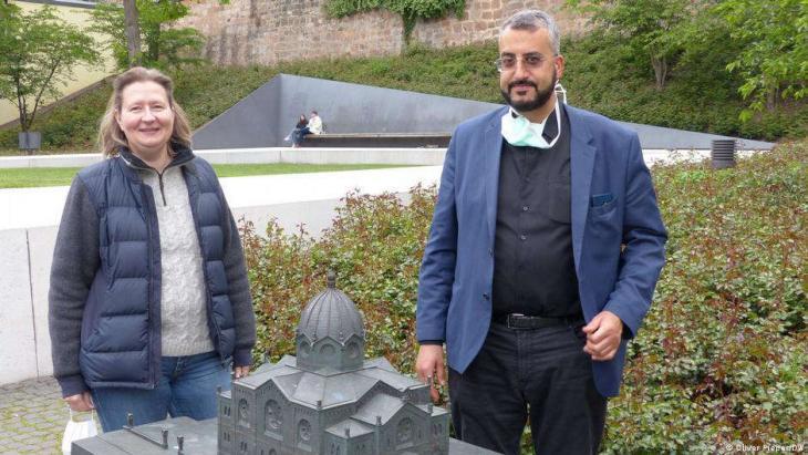 Monika Bunk und Bilal El-Zayat am Garten des Gedenkens in Marburg. Die Synagoge wurde dort 1938 von den Nazis niedergebrannt. (Foto: © Oliver Pieper/DW )