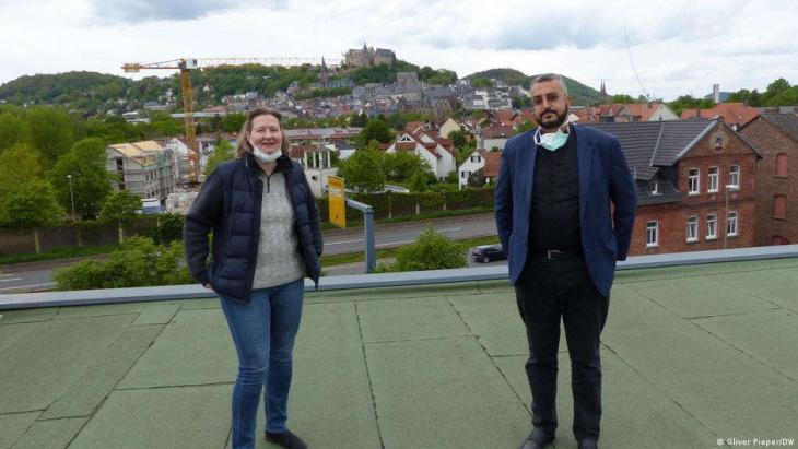 Monika Bunk und Bilal El-Zayat auf dem Dach der Moschee, im Hintergrund das Schloss von Marburg. (Foto: © Oliver Pieper/DW )