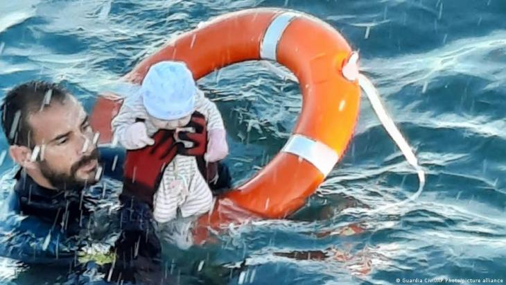 Ein Taucher der spanischen Guardia Civil rettet am 18. Mai 2021 ein Baby aus dem Wasser. (Foto: Guardia Civil/AP Photo/picture alliance )