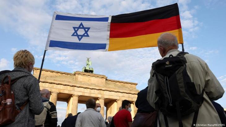 Menschen demonstrieren vor dem Brandenburger Tor in Berlin gegen Antisemitismus; Foto: Christian Mang/Reuters)