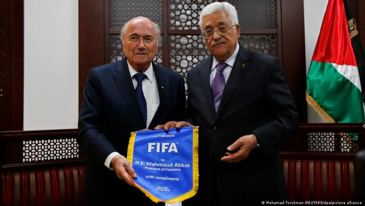 Machte sich für Palästinas Fußball stark: Ex-FIFA-Präsident Blatter (l.) 2015 mit Palästinenser-Präsident Abbas (r.) (Foto: Mohamed Torokmah/Reuters/Picture Alliance)