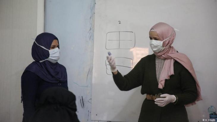 Seit 2018 leitet Huda Khayti (rechts) das Frauenzentrum in Idlib - unter anderem leisten sie dort auch Aufklärungsarbeit zum Thema Corona; Foto: H. Khayti