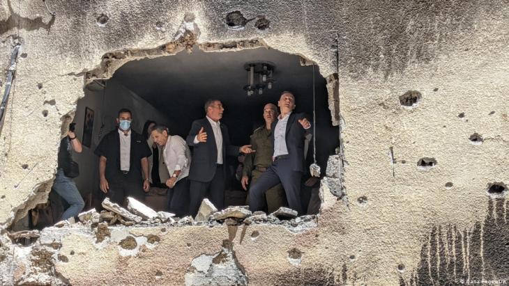 Der deutsche Außenminister Heiko Maas besuchte Israel und nahm Zerstörungen eines israelischen Wohnhauses in Augenschein; Foto: Dana Regev/DW)