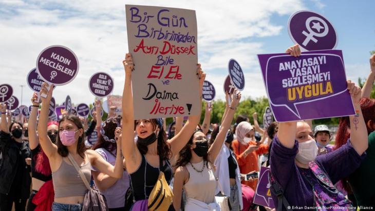 Frauen und LGBTQI-Aktivisten organisieren einen Protest gegen den Austritt der Türkei aus der Istanbul-Konvention in Istanbul, Türkei am 19. Juni 2021. Die Türkei tritt nach einem präsidialen Erlass aus der Konvention aus, die Gewalt gegen Frauen verhindern soll und in 2011 unterzeichnet wurde; Foto Erhan Demirtas/NurPhoto