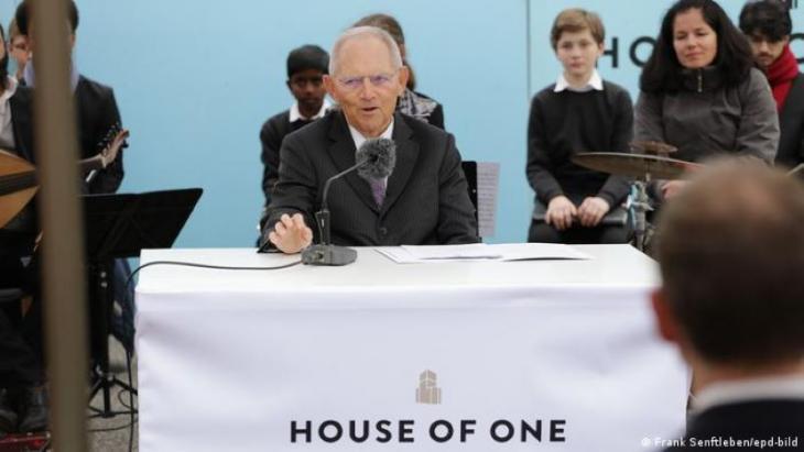 Bundestagspräsident Wolfgang Schäuble spricht bei der Grundsteinlegung (photo: Frank Senftleben/epd-bild)