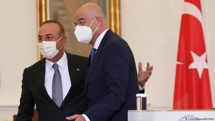 Der türkische Außenminister Cavusoglu (l.) und sein griechischer Amtskollege Dendias; Foto: Costas Baltas/REUTERS