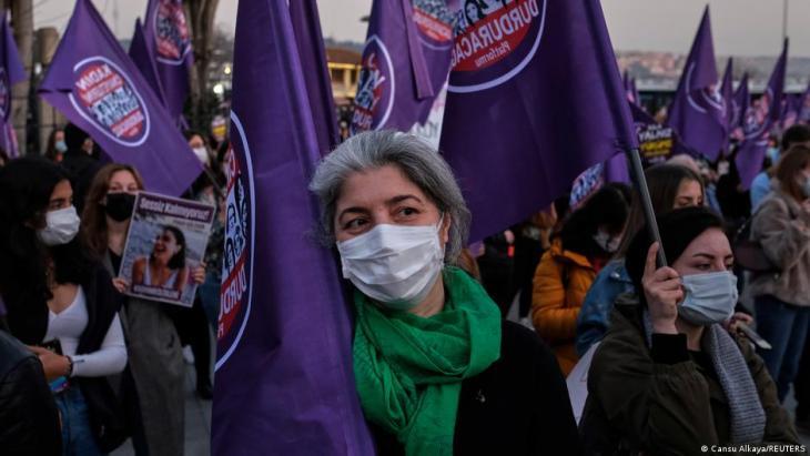 Demonstranten mit Masken zum Schutz vor dem Coronavirus protestieren gegen Femizide und Gewalt gegen Frauen in Istanbul, 5. März 2021; Foto: Reuters/Cansu Alkaya