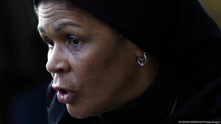 Die US-amerikanische Islamwissenschaftlerin Amina Wadud spricht zu den Medien, nachdem sie ein Freitagsgebet für Männer und Frauen im Oxford Centre in Oxford, England, am 17. Oktober 2008 angeleitet hat; Adrian Dennis/AFP/Getty Images