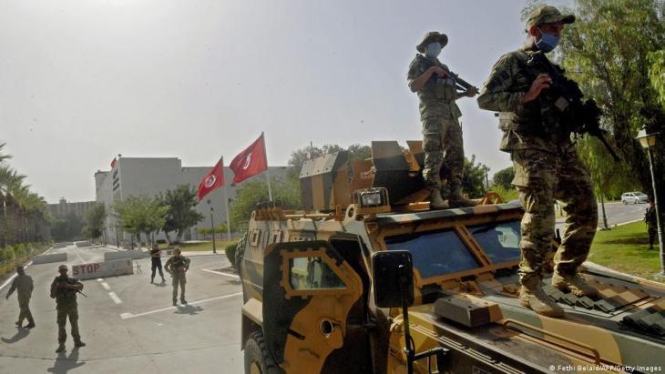 Angehörige der tunesischen Armee umstellen das Parlament; Foto: Fethi Belaid /AFP/Getty Images