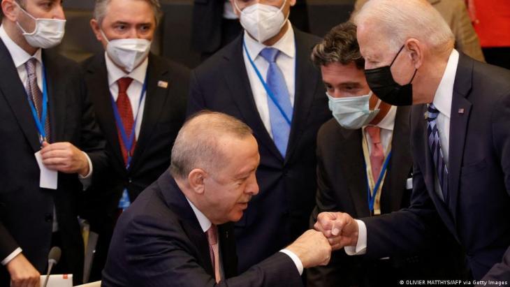 Erstes Treffen zwischen Biden und Erdogan in Brüssel. (Foto: © OLIVIER MATTHYS/AFP via Getty Images)