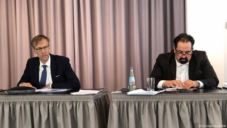 Der Sonderbeauftragte des Europarats für Antisemitismus und Muslimfeindlichkeit, Daniel Höltgen (l.), und Aiman Mazyek, Vorsitzender des Zentralrats der Muslime in Deutschland. (Foto: Christoph Strack/DW)