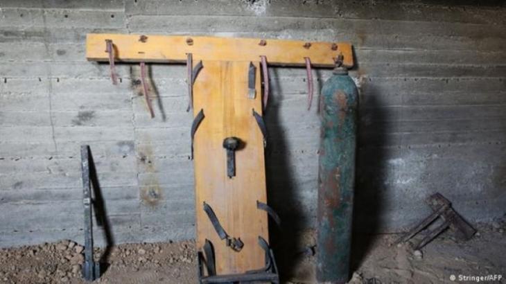 Von Jaish al Islam eingesetzte Folterinstrumente in einem Untergrundgefängnis in Duma; Foto: Stringer/AFP