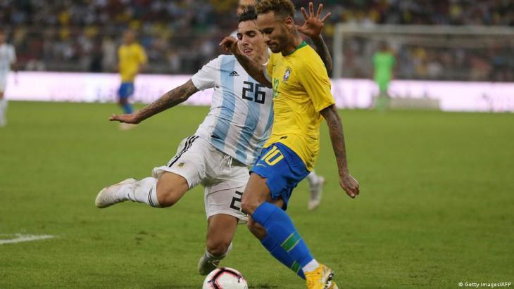 Der brasilianische Stürmer Neymar (re.) im Zweikampf mit dem argentinischen Verteidiger Renzo Saravia (li.) während eines Freundschaftsspiels in Saudi-Arabien; Foto: Getty Images/AFP