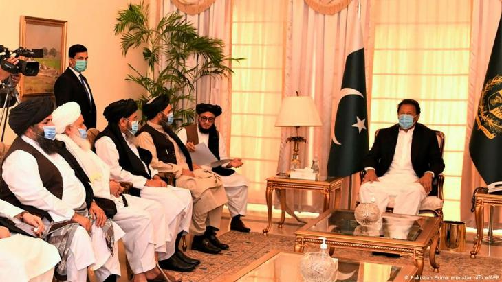 Pakistans Premier Imran Khan trifft sich mit Taliban-Führern. (Foto: Pakistan Prime minister office/AFP)