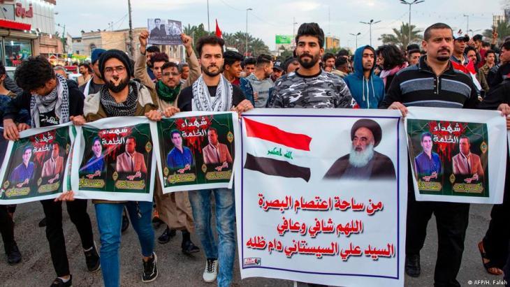 : Junge Iraker protestieren nach der Ermordung zweier Journalisten für die Pressefreiheit: Foto: AFP/H.Faleh