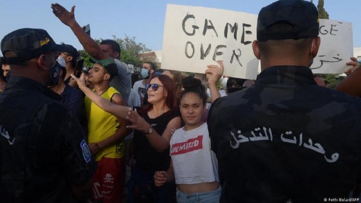 Protest in Tunis gegen die anhaltende Krise; Foto: Fethi Belaid/AFP