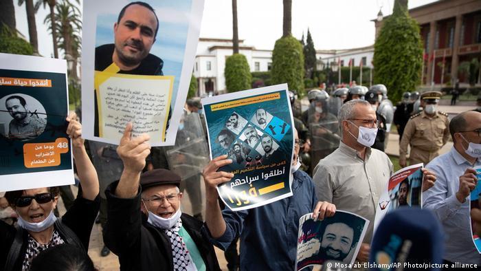 Unterstützer fordern in Rabat die Freilassung der inhaftierten Journalisten Omar Radi und Soulaiman Raissouni (25.05.2021) (Foto: Mosa'ab Elshamy/AP Photo/picture alliance)