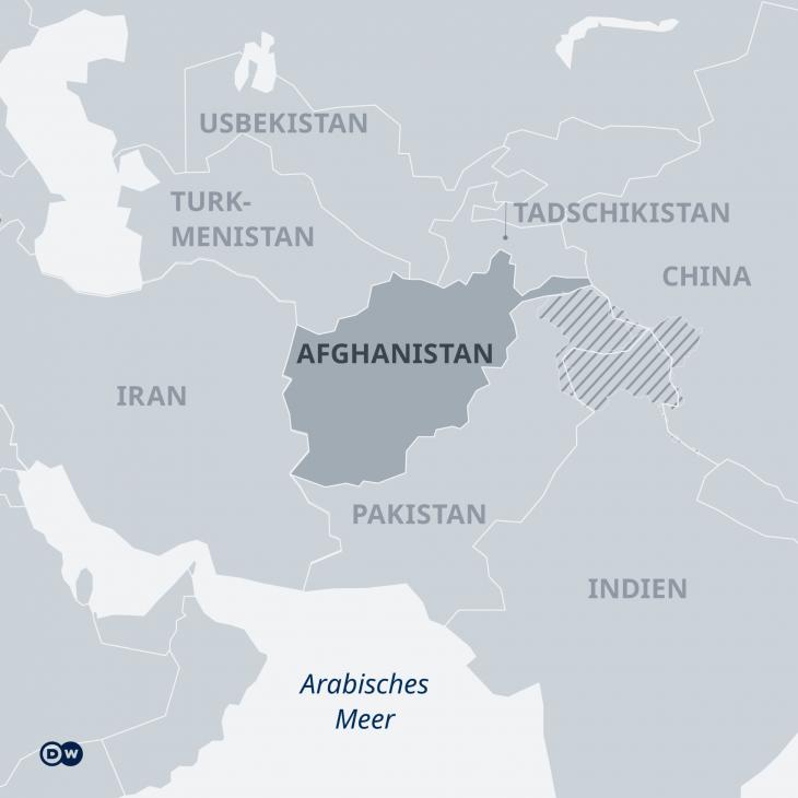 Afghanistan ist ein Staat vieler Völker mit noch mehr Nachbarn. Die Machtübernahme der militant-islamistischen Taliban setzt die Anrainerstaaten unter Druck. (Karte: DW)