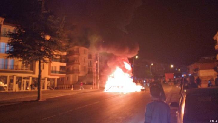 Brennende Geschäfte und Wohnungen bei den Ausschreitungen in Altindag.  Foto: DHA
