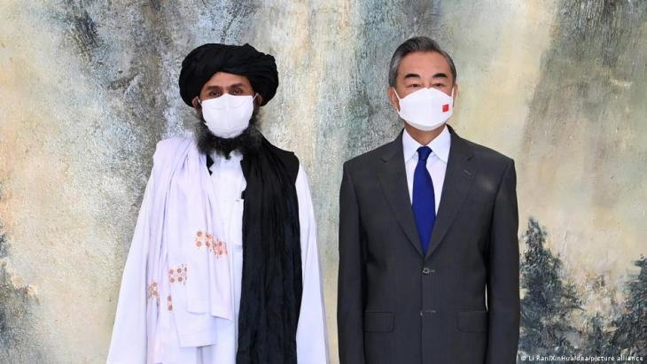 Chinas Außenminister Wang Yi (rechts) und Mullah Abdul Ghani Baradar, ranghoher Führer der Taliban. (Foto: Li Ran/XinHua/dpa/picture alliance)