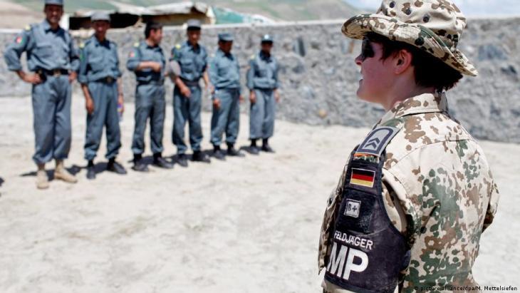 Eine Soldatin der deutschen Militärpolizei trainiert afghanische Kollegen zusammen mit deutschen Polizeioffizieren des Deutschen Polizei Trainingsteams in Feisabad, Badakhshan Provinz in Nord- Afghanistan am 30. Mai 2009 (Foto: picture-alliance/dpa/Marcel Mettelsiefen)