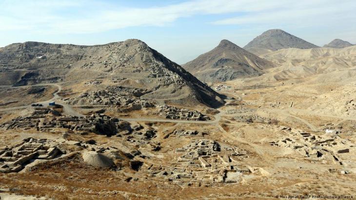 Man sieht es nicht auf den ersten Blick, aber hier, im Mes Aynak Tal, lagert sehr viel Lithium.  (Mes Aynak Tal/AP Photo/picture alliance)