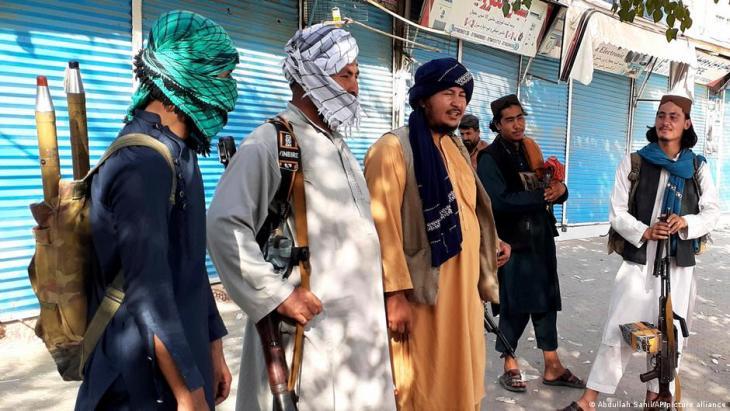 Taliban-Kämpfer in Kundus; Foto: Abdzllah Sahil/AP/picture-alliance