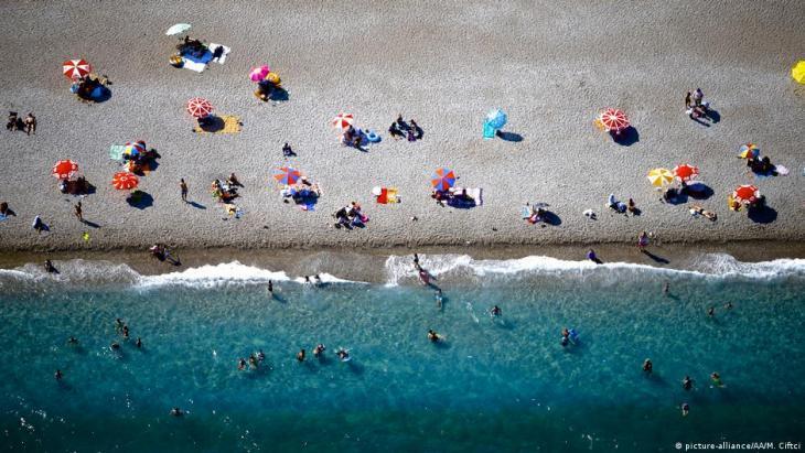 Spärlich besiedelter Strand in Antalya, Türkei (Foto: picture-alliance/AA)