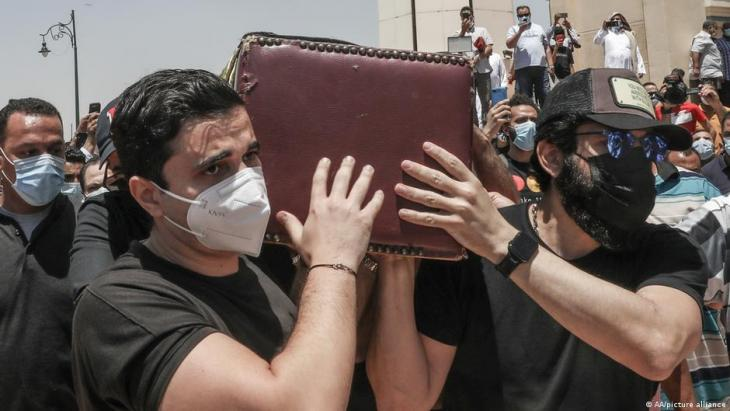 Beerdigung des ägyptischen Schauspielers Samir Ghanem, der im Mai 2021 an COVID-19 starb (Foto: AA/picture-alliance)