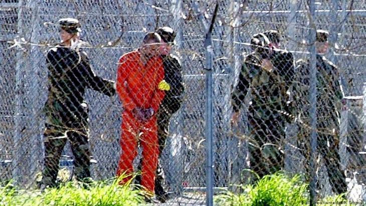 Ein Gefangener wird abgeführt in Guantanamo; Foto: picture-alliance/dpa/R.Schmidt