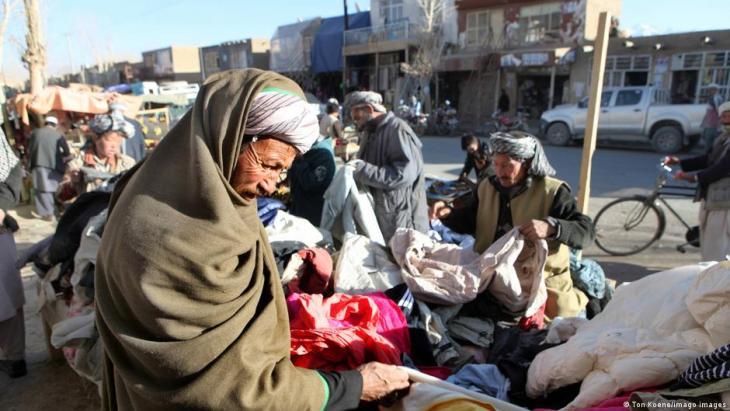 Hazaras an einem Marktstand in Bamiyan, Afghanistan; Foto: imago images