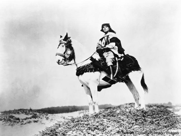 Ausschnitt aus dem Film, THE SHEIK, mit Rudolph Valentino, 1921; Foto: Everett Collection/imago images | Courtesy Everett Collection via www.imago-images.de