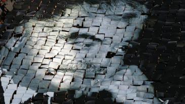 Libanesen formen das Konterfei des ermordeten Rafik Hariri aus Papier; Foto: AP