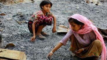 Zwei Rohingiya-Mädchen wühlen in der Asche ihrer abgebrannten Behausungen nach Wertsachen; Foto: Reuters