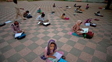 Pakistanische Schülerinnen werden in einem öffentlichen Park unterrichtet; Foto: AP