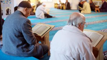 Gläubige lesen in der Sehitlik Moschee in Berlin im Koran; Foto: © Maurizio Gambarini dpa/lbn