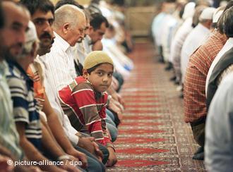 Muslime in einer türkischen Moschee; Foto: picture-alliance/dpa