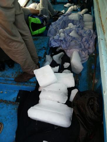 Auf dem aufgebrachten Flüchtlingsboot werden Leichen mit Eisblöcken gekühlt; Foto: Karim El-Gawhary