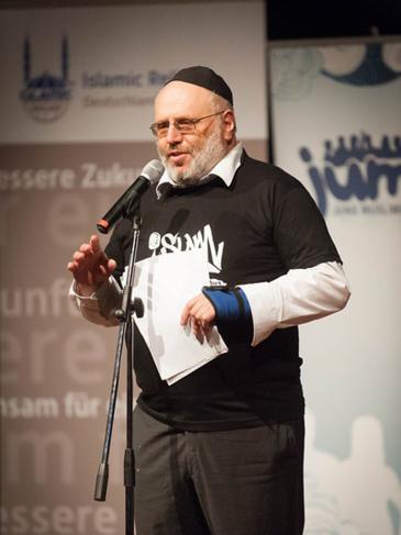 Rabbi Walter Rothschild auf einer Poetry Slam Veranstaltung in Berlin; Foto: Arne List/DW