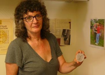 "Irena Steinfeld präsentiert Helmys Medaille als ""Gerechter unter den Völkern"" in ihrem Büro in Jerusalem; Foto: Igal Avidan"