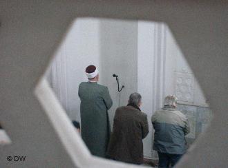 Bosnischer Muslim beim Gebet in einer Moschee in Sarajewo; Foto: Mirsad Camdzic/DW