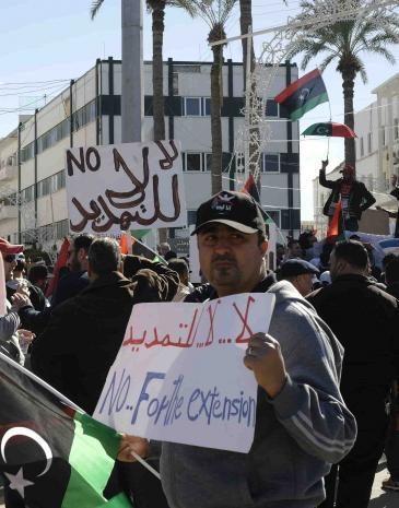 A demonstrator in Tripoli demands the dissolution of parliament (photo: Valerie Stocker)