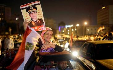 Anhängerin Abdelfattah al-Sisis auf dem Tahrir-Platz in Kairo; Foto: AMR NABIL/AP