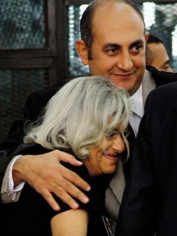 Die Mutter Abdel-Fattahs, Laila Soueif (l.), gemeinsam mit dem Anwalt Khaled Ali; Foto: picture-alliance/AP/Ravy Shaker