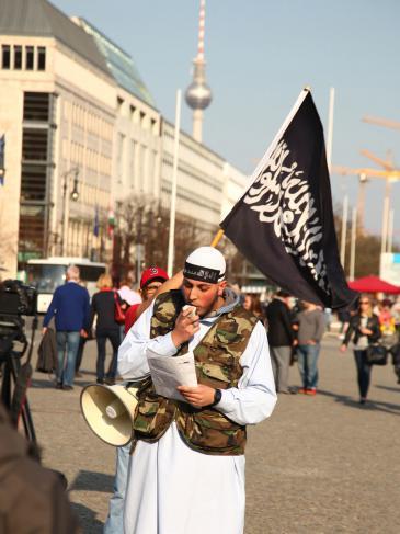 Salafist demonstriert Ende April 2014 in der Nähe des Brandenburger Tors in Berlin; Foto: picture alliance/Wolfram Steinberg